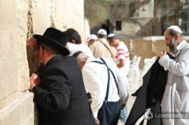 Евреи молятся около Стены Плача.