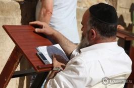 Молящийся еврей около Стены Плача.