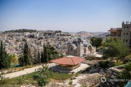 Макет под черепичной крышей на фоне иерусалимского пейзажа.