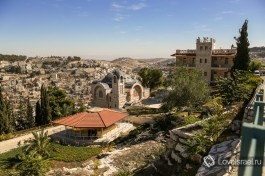 В центре - макет под крышей. За ним церковь Св. Петра, справа - монастырское здание, сверху - бездонное иерусалимское небо :)