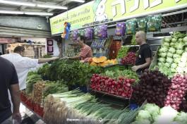 Рынок Кармель в Тель-Авиве - овощная лавка.