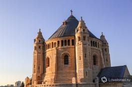 Церковь Успения построена по образцу Церкви Карла Великого в Ахене (Германия).