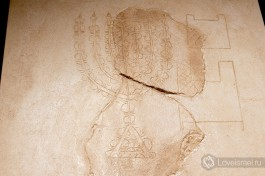 Изображение меноры, выгравированное на камне. Экспонат в музее подземного Иерусалима