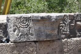 Изображение меноры, древняя синагога в Ум эль-Канатир. Израиль, Голанские высоты