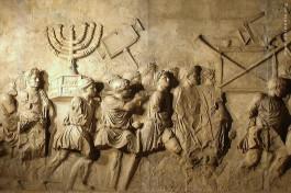 Триумфальная арка Тита на древней Священной дороге, барельеф: шествие с трофеями, захваченными в Иерусалиме.