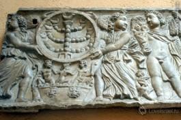 Два путти, несущие менору, на гипсе рельефа II-III века (оригинал в Национальном музее Рима)