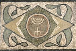 Менора с лулавом и этрогом. Мозаика VI века в Бруклинском музее