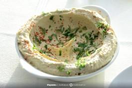 Просто хумус, без начинки. Подается с паприкой и петрушкой.