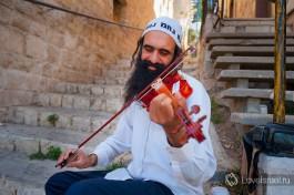 Уличный музыкант в городе Цфат.