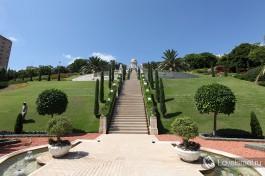 Еще один радурс на ступеньки висячих садов Бахайского храма в Хайфе.