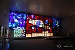 Витраж в израильской национальной библиотеке в Иерусалиме.