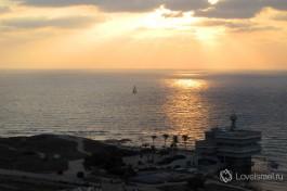 Закат - замечательное в своей постоянности время суток. Здание на берегу моря - израильский институт океанографии.