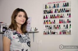 Таруа, жена Хамзи в своем косметическом кабинете в доме семьи Ганем.