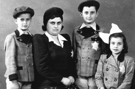 Еврейская семья с желтыми звездами Давида на одежде. Нацисты обязали евреев носить эти звезды всегда и везде.