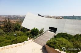 Главное здание музея Яд Вашем, Иерусалим, Израиль. Величественное здание и вокруг горы Иерусалима.