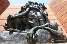 Памятник восставшим евреям Варшавского Гетто в музее Яд Вашем в Иерусалиме.