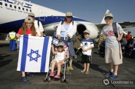 Новые репатрианты в Израиль делают первый шаг на Святую землю, поздравляем! )