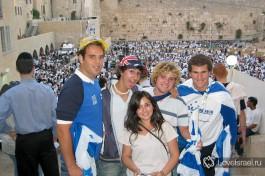 Новые репатрианты около Стены Плача, Иерусалим.