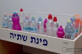 Питьевой уголок. С детства израильских ребят приучают пить много воды из-за климатических особенностей Израиля.