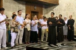 Туристы в Храме Гроба Господня.