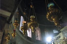Многочисленные лампады указывают на то, что придел принадлежит Греческой Православной Церкви.