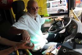 Водитель израильского автобуса. Вход в автобус через переднюю дверь. При входе нужно провести проездной или заплатить наличкой водителю за билет.