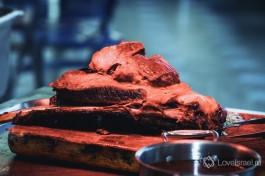 Мясо отрезается прямо на вашу тарелку, от большого и сочного куска.