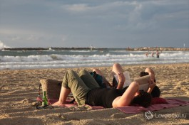 Тель-Авивский пляж. Всегда можно просто поваляться с книжкой в руках.