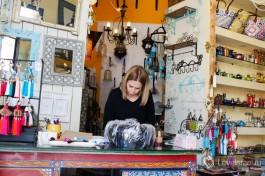 Продавцы в Израиле должны владеть как минимум ивритом  и английским. А желательно и русским )