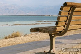 И посидите на лавочке, насладитесь горячим пустынным воздухом и тишиной.