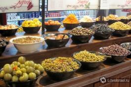 Во многих супермаркетах есть большой выбор соленостей и маринованностей, маслины рулят :)