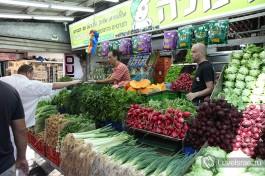 Овощная лавка на рынке Кармель. Цены в Израиле.