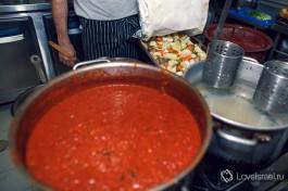 Зачастую в крупных кошерных ресторанах есть раздельные кухни: мясная и молочная.