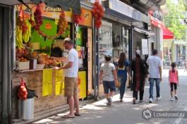 В фруктовых ларьках на улицах города всегда можно купить стакан свежевыжатого сока. Любите?