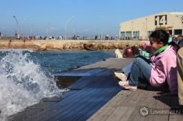 Достопримечательности, Тель-Авивский порт. Можно стоять облокотившись на ограду и смотреть, как волны разбиваются на мелкие капельки... Ты стоишь, а они все идут и идут.
