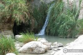 Маленький водопад по пути наверх в заповедники Эйн Геди