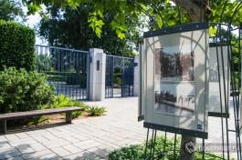 Перед входом в парк висят табло с историей семьи Ротшильдов.