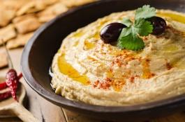 Вкусный израильский хумус - пальчики оближешь! :)