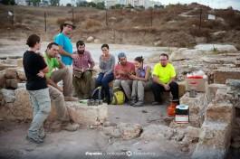 Команда израильский археологов на раскопках византийской церкви