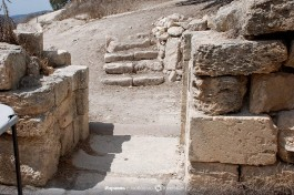 Использование более древней колонны при строительстве византийской церкви в г. Шхем.
