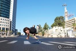 А вот эти ребята просто растянули ремень посередине дороги около Азриели и ходили по нему. Только в Израиле, только Йом-Киппур. Рулят - Аллен Мейкер и Моран Шимановский.